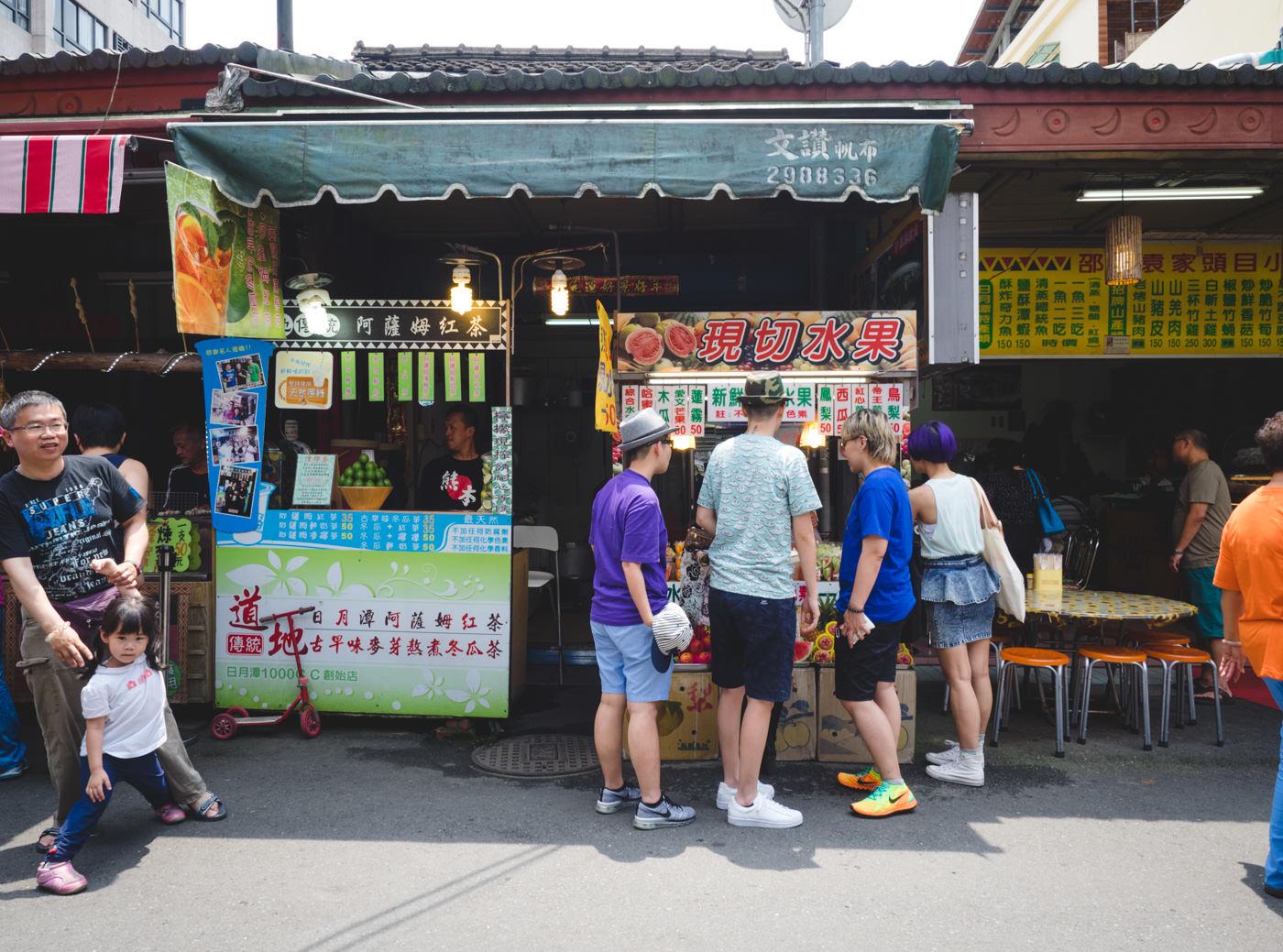 Taiwan - Nantou City - Buying fruits