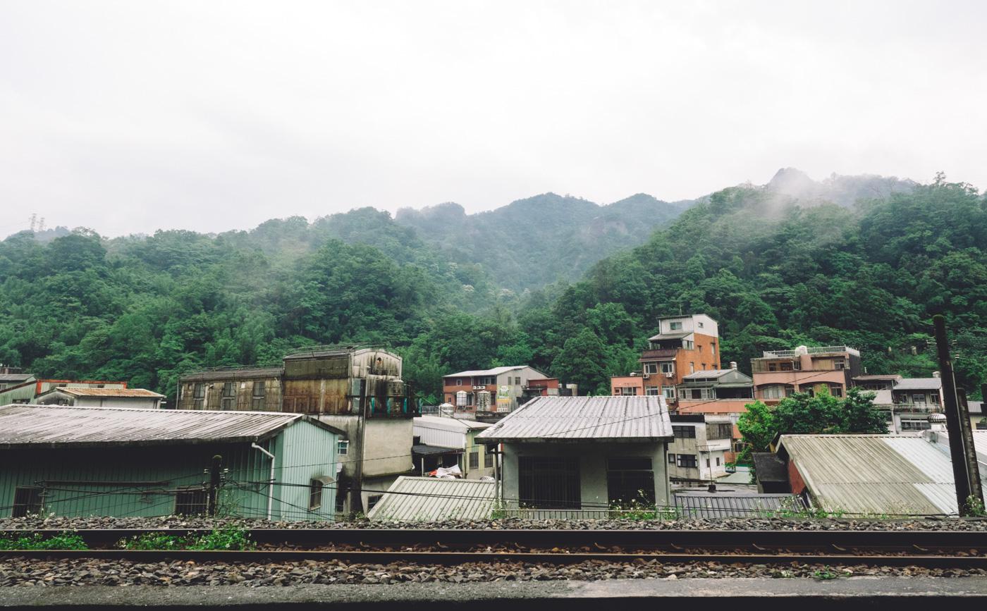 Taiwan - Shifen - Cramp houses along the railway track